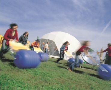 Kinder spielen im Globarium Weltgarten