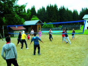 interkulturelle jugendliche beim Volleyball