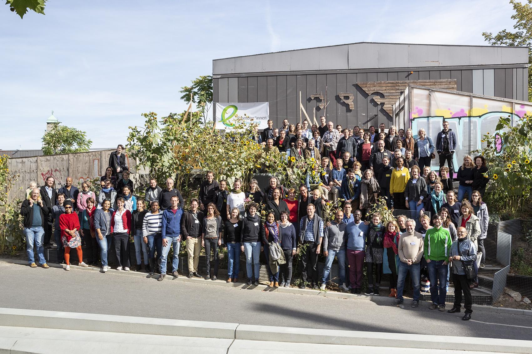 Gruppenbild vor dem CRCLR: Die Eine Welt Promotoren auf der Bundekonferenz 2018 in Berlin