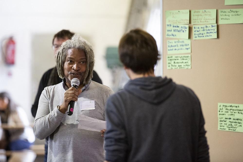 Michel Adolphe und weitere Eine Welt Promotor*innen im Gespräch auf der Bundeskonferenz 2018 in Berlin