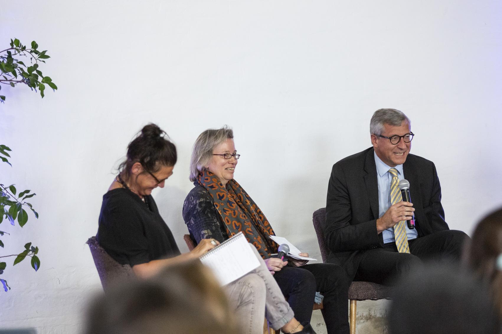 Hr. Dr. Felmberg (BMZ) im Gespräch mit Vera Dwors und Monika Dülge auf der Bundeskonferenz der Eine Welt Promotoren 2018 in Berlin